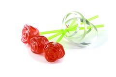 Zuckersüßigkeiten in Form einer roten Rose auf einem Stock Stockbilder