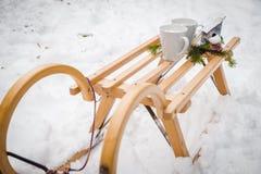 Zuckerstangekerzen, Santa Claus-Pferdeschlitten mit Strümpfen durch Weihnachtsbaumgirlande und Schneehintergrund; Stockbilder