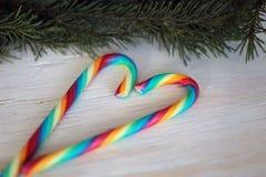Zuckerstangelutscher und Weihnachtsbaumast Stockfotos