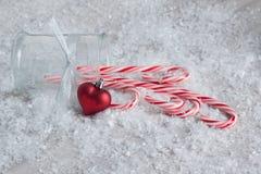 Zuckerstangen mit einer Herz-Verzierung Stockfotos