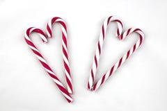 Zuckerstangen vereinbart in einer Herzform Lizenzfreie Stockfotos