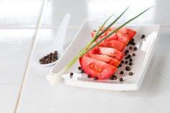 Zuckerverschlüsse, Tomate, Kopfsalat und schwarze Oliven Stockbilder