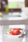 Zuckerverschlüsse, Tomate, Kopfsalat und schwarze Oliven Lizenzfreie Stockfotos