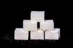 Zuckerwürfel auf einem schwarzen Hintergrund Stockfoto