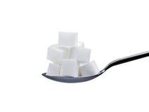 Zuckerwürfel auf Löffel Stockfoto