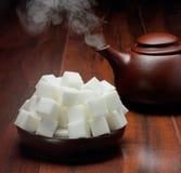 Zuckerwürfel auf Platte Stockfotos