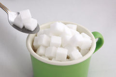 Zuckerwürfel im Jungen des grünen Tees stockbilder