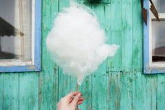 Zuckerwatte in der Hand Lizenzfreies Stockfoto