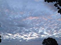 Zuckerwatte-Wolken-Steigen lizenzfreies stockbild