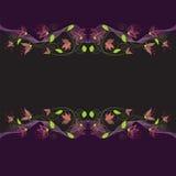 Zueco horizontal simétrico inconsútil con las flores estilizadas en fondo oscuro Imagenes de archivo