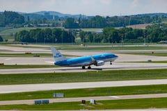 Zuerich, Швейцария - 14-ое мая 2018, самолет KLM старт с стоковые изображения rf