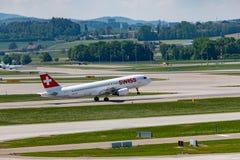 Zuerich, Швейцария - 14-ое мая 2018, швейцарское startin самолета воздуха стоковое фото rf
