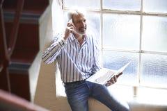 Zufällig gekleideter Geschäftsmann Working On Stairs im Büro Lizenzfreies Stockbild