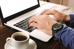 Zufällig gekleideter Student/Blogger/Verfasser/Mann, der an PC-Laptop, schreibend auf Tastatur arbeitet und schreiben den Blogart Stockfotos
