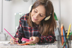 Zufällige Bloggerfrau, die Figurinen in ihrem Büro tut. lizenzfreie stockfotos
