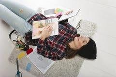 Zufällige Bloggerfrau, die in ihrem Modebüro arbeitet. lizenzfreie stockfotos
