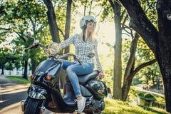 Zufällige blonde Frau in den Blue Jeans und im T-Shirt Lizenzfreies Stockbild