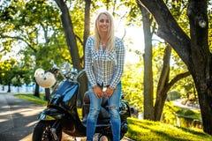 Zufällige blonde Frau in den Jeans und im Hemd Stockbilder