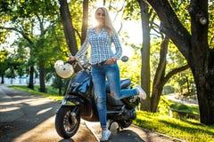 Zufällige blonde Frau in den Jeans und im Hemd Lizenzfreies Stockfoto