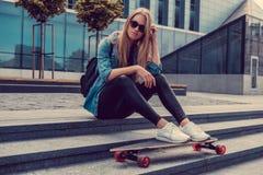Zufällige blonde Frau in der Sonnenbrille und im Denimhemd Stockfotos