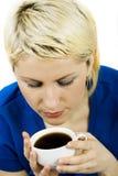 Zufällige blonde Frau, die einen Kaffee trinkt Lizenzfreies Stockfoto