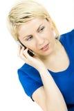 Zufällige blonde Frau, die am Telefon nimmt Lizenzfreie Stockfotos