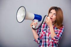 Zufällige Frau, die auf Megaphon schreit Lizenzfreie Stockbilder