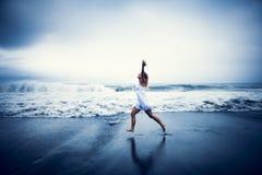 Zufällige Frau, die das Leben durch den Strand feiert Stockbild