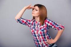 Zufällige Frau, die den Abstand untersucht Stockfotografie