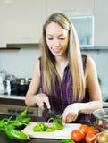 Zufällige Frau, die grünen Paprika schneidet Lizenzfreie Stockfotografie