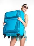 Zufällige Frau hält den schweren Reisenkoffer an Lizenzfreies Stockbild