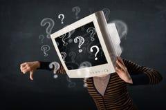 Zufällige Frau mit den PC-Monitorkopf-Fragezeichen, die herauskommen Stockfotografie