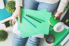Zufällige Frau mit Grünbuchblättern Stockfoto