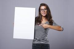 Zufällige Frau am Studio lizenzfreie stockfotografie