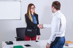 Zufällige gekleidete Geschäftsmänner und Geschäftsfrau, die Hände rüttelt Stockfotografie