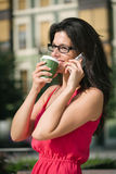 Zufällige Geschäftsfrau auf Kaffeepause Lizenzfreie Stockbilder