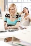 Zufällige Geschäftsfrau, die mit Laptop-Computer arbeitet Stockbild