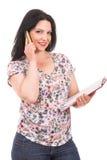 Zufällige Geschäftsfrau, die telefonisch spricht Stockfoto