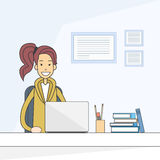 Zufällige Geschäftsfrau-sitzende Schreibtisch-Arbeitslaptop-Computer Stockfotografie