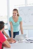 Zufällige Geschäftsleute im Büro an der Darstellung Lizenzfreie Stockfotografie