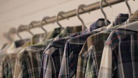 Zufällige Hemden im Speicher stock video