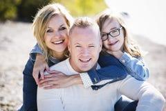 Zufällige junge Familie auf dem Strand Lizenzfreies Stockfoto