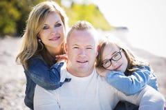 Zufällige junge Familie auf dem Strand Lizenzfreies Stockbild
