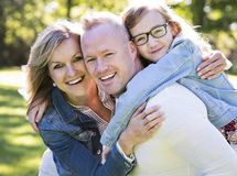 Zufällige junge Familie im Park Stockfoto