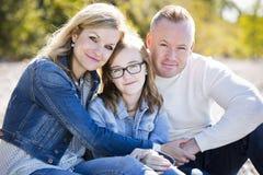 Zufällige junge Familie im Park Stockfotografie