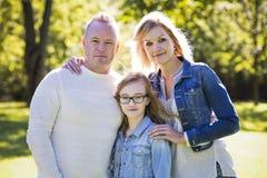 Zufällige junge Familie im Park Lizenzfreie Stockbilder
