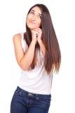 Zufällige junge Frau, die lustiges Gesicht steht und tut stockfoto