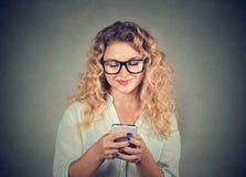 Zufällige junge Frau, die Telefon verwendet stockfotografie