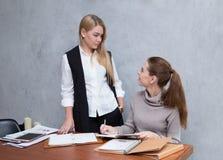 Zufällige junge Geschäftsfrau, die für succ zusammen sich beraten bearbeitet Lizenzfreies Stockfoto