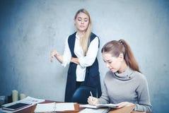 Zufällige junge Geschäftsfrau, die zusammen an der Straße zum succ arbeitet Lizenzfreies Stockbild